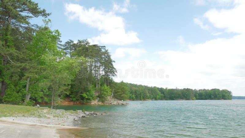 Vista del lago con il cielo e le nuvole fotografia stock