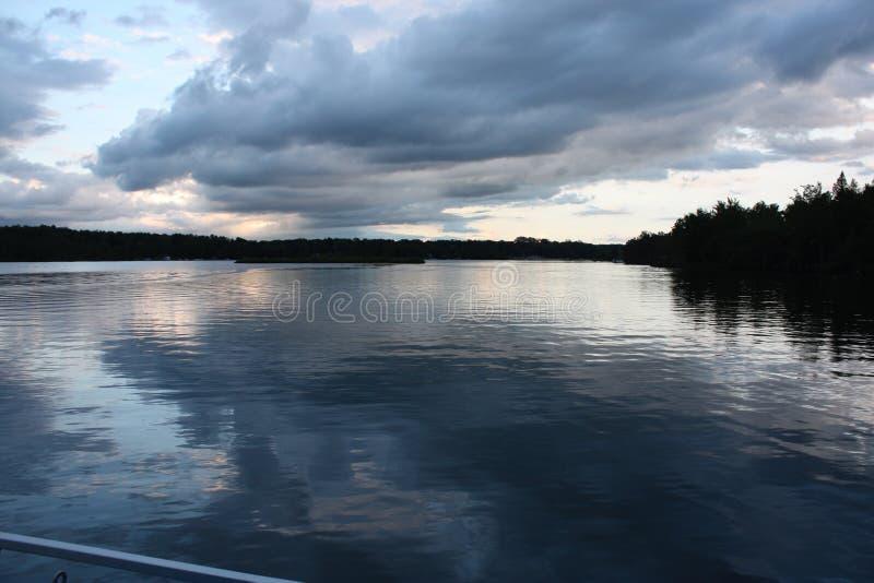 Vista del lago con l'orizzonte immagine stock