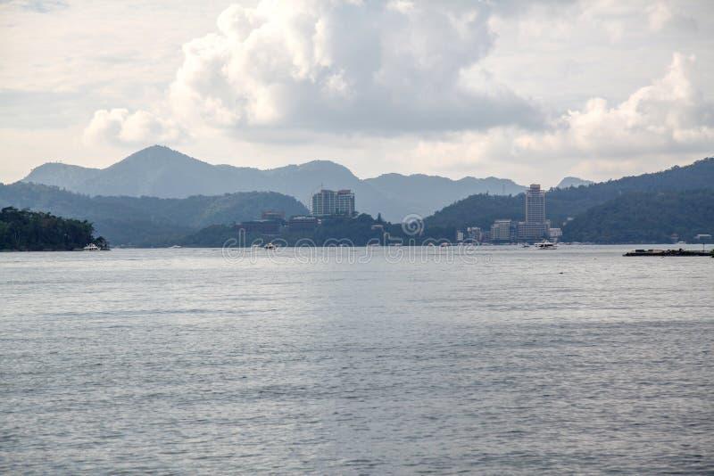 vista del lago de la luna del sol en Taiwán imagen de archivo