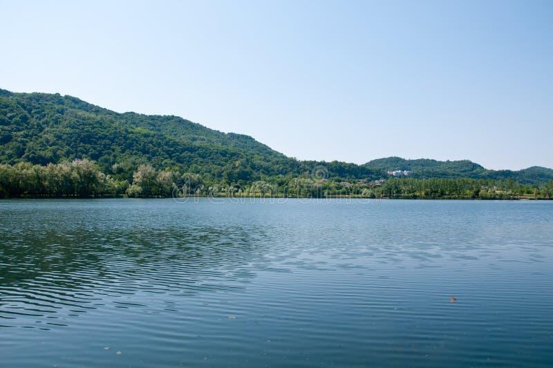 Vista del lago del revine cerca de Treviso imágenes de archivo libres de regalías