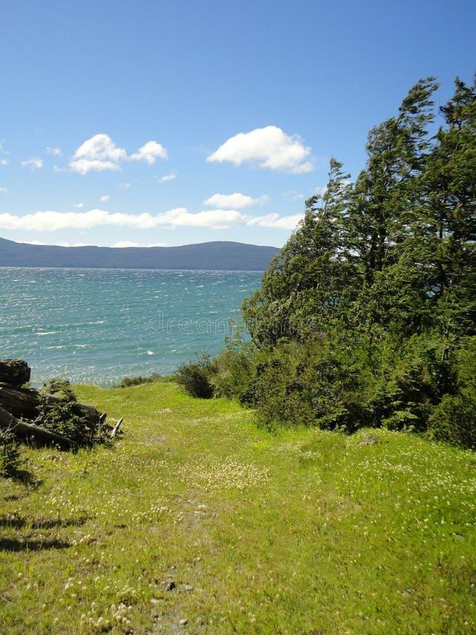 Vista del lago e del paesaggio fotografia stock