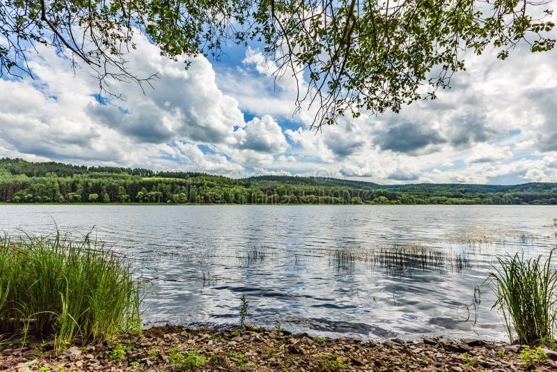 Vista del lago e della natura immagine stock