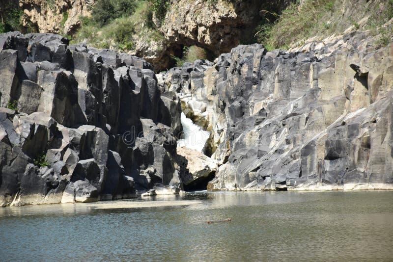 Vista del lago e delle pietre fotografie stock libere da diritti