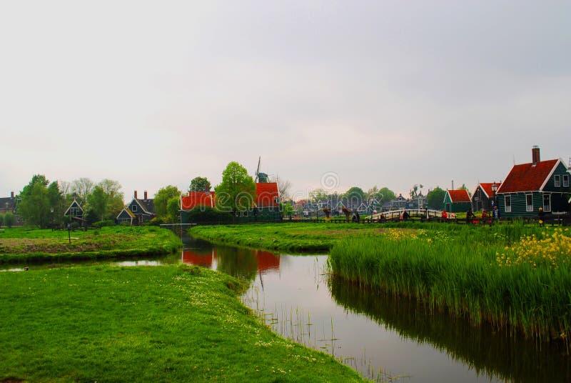 Vista del lago en un pequeño pueblo holandés fotografía de archivo libre de regalías