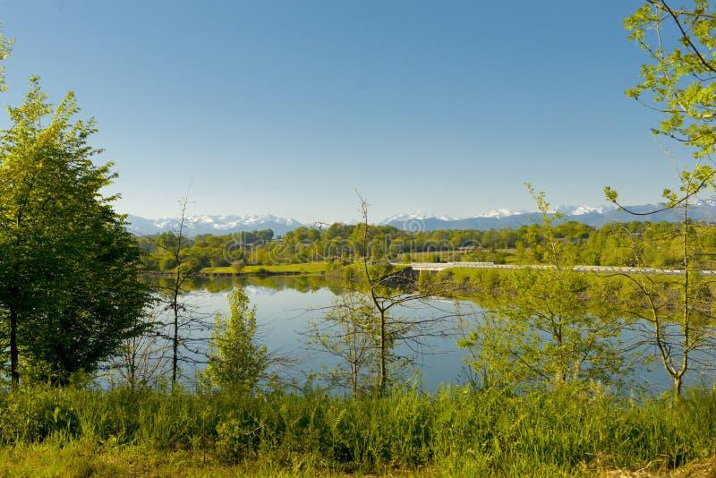 Vista del lago Gabas in Pirenei Atlantiques, montagne in b fotografia stock libera da diritti