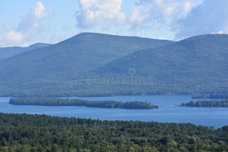 Vista del lago George, de la montaña de la perspectiva, en Nueva York fotografía de archivo