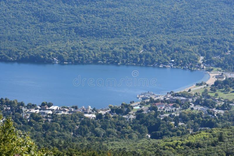 Vista del lago George, de la montaña de la perspectiva, en Nueva York fotos de archivo libres de regalías