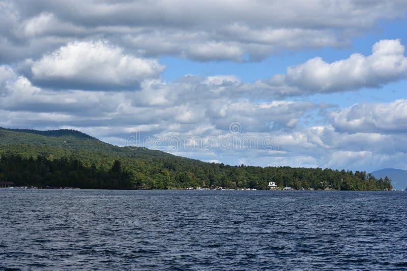 Vista del lago George del pueblo, en el Estado de Nueva York fotografía de archivo libre de regalías