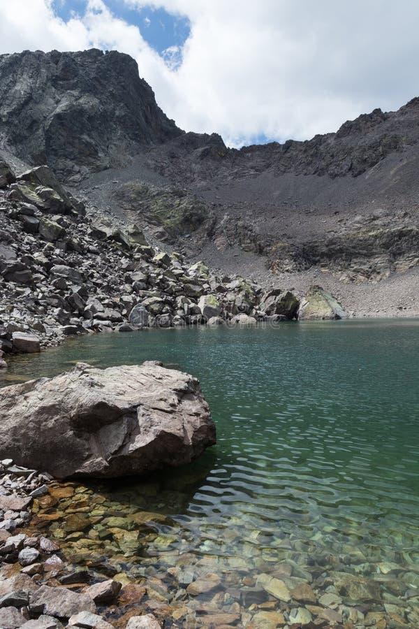 Vista del lago glaciale della montagna fotografia stock