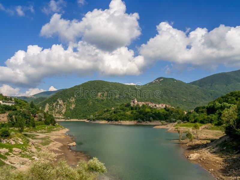 Vista del Lago ie Vagli en Garfagnana, provincia de Lucca, Italia con el pueblo de Vagli Sotto visible. Es una locura imágenes de archivo libres de regalías
