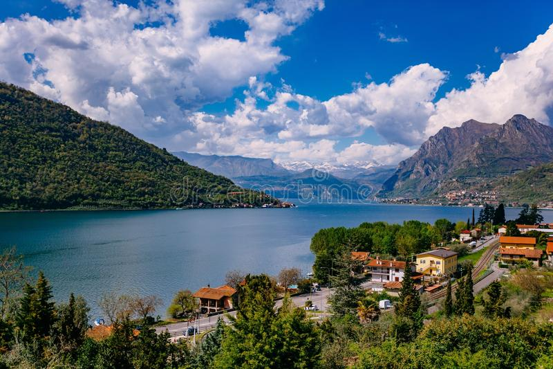 Vista del lago Iseo, Italia, las montañas imagenes de archivo