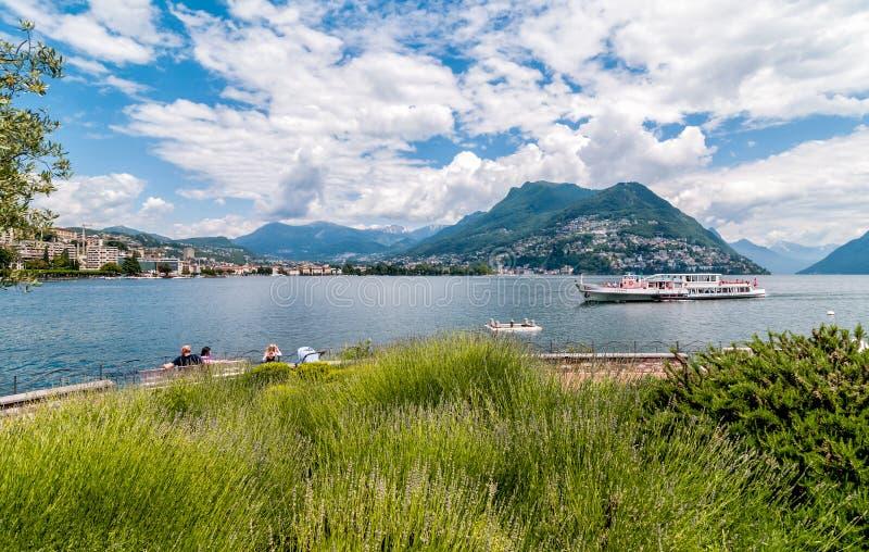 Vista del lago Lugano fotos de archivo