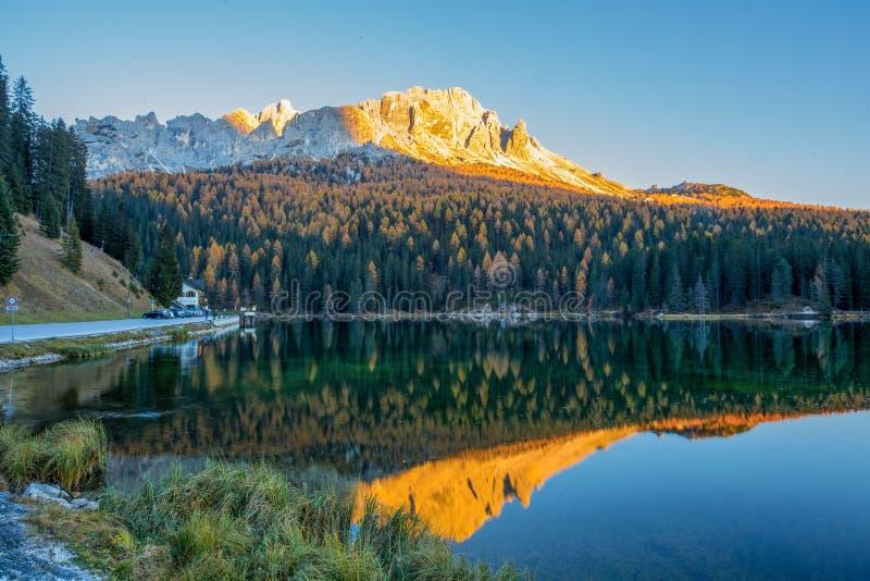 Vista del lago Misurina en la puesta del sol Montaña de Sorapiss en el fondo Dolomías, Italia imagen de archivo