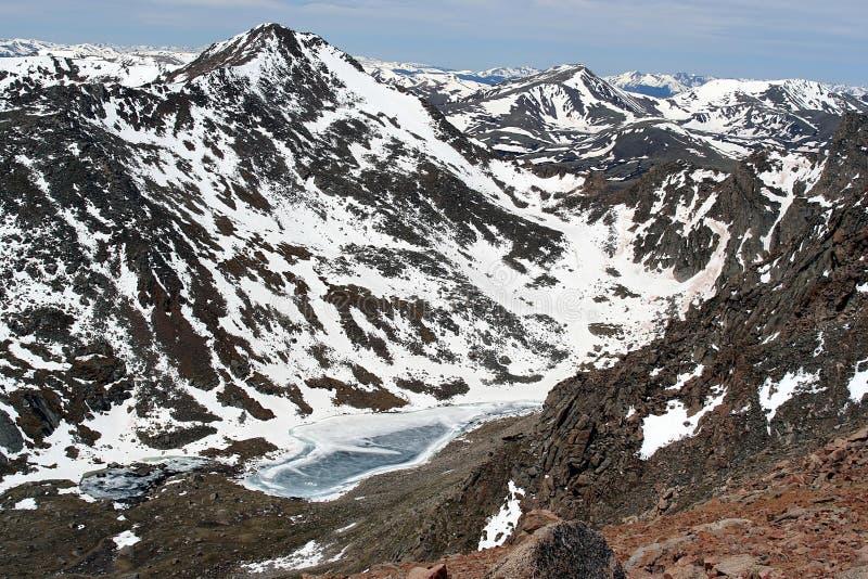 Vista del lago mountains rocciose fotografia stock