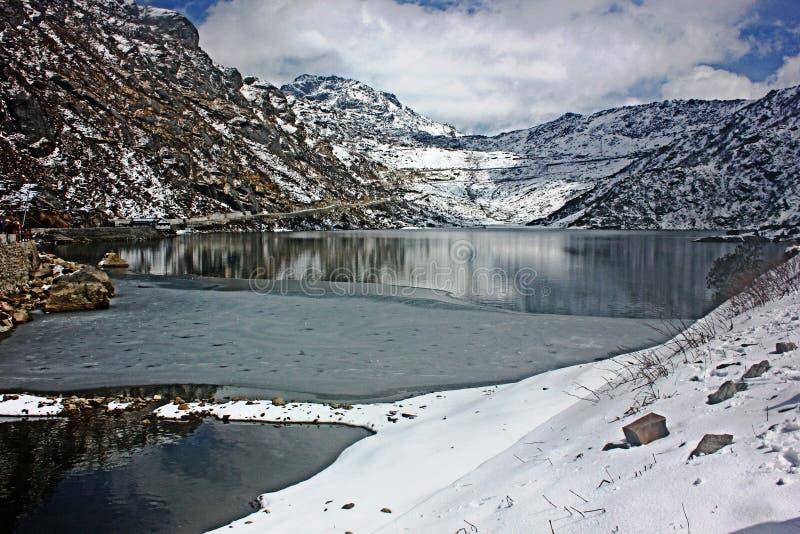 Vista del lago parcialmente congelado Tsongmo, Sikkim, la India imagenes de archivo