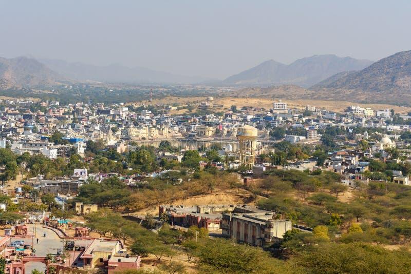 Vista del lago Pushkar del templo de Savitri Mata en las colinas de Ratnagiri La India imagenes de archivo