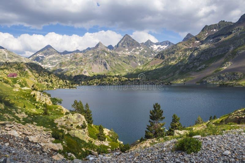 Vista del lago Respomuso en Tena Valley en los Pirineos, Huesca, España foto de archivo libre de regalías