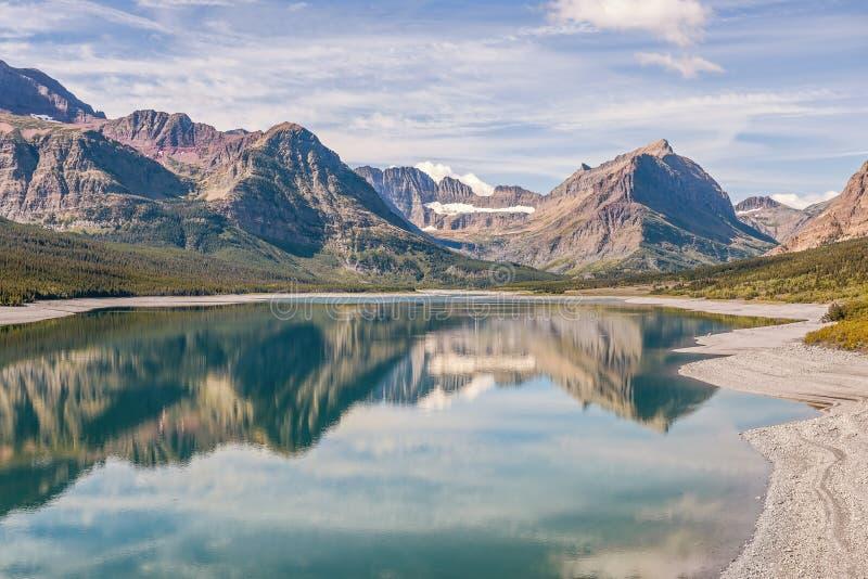 Vista del lago Sherburne en los muchos área del glaciar Nacional del glaciar fotos de archivo