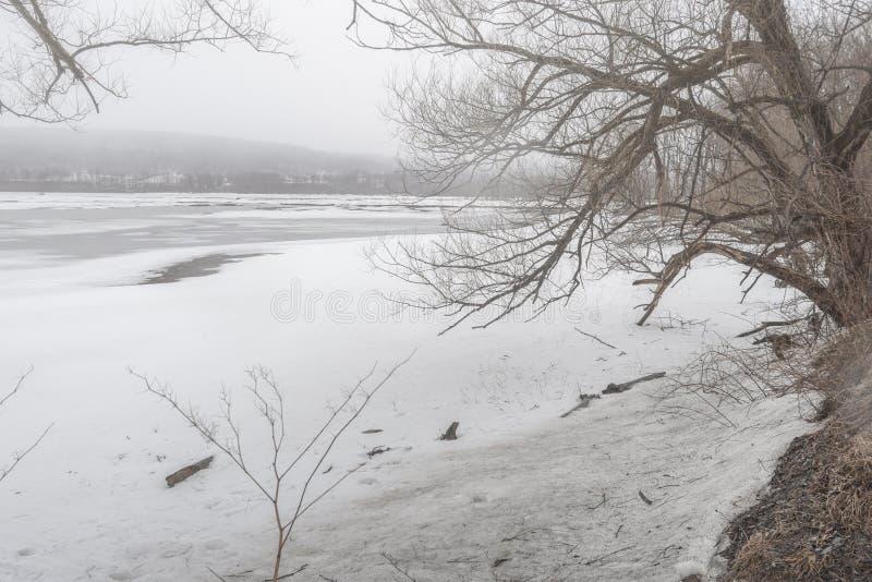 Vista del lago state del delta en Roma, Nueva York durante tiempo de primavera en marzo de 2019 mientras que todav?a se congela foto de archivo libre de regalías