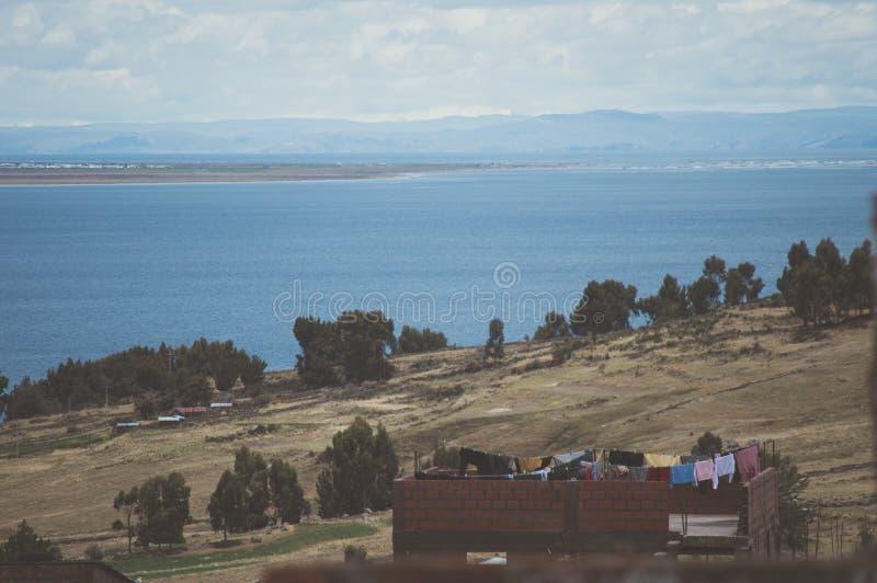 Vista del lago del titicaca en el lado peruano imagen de archivo