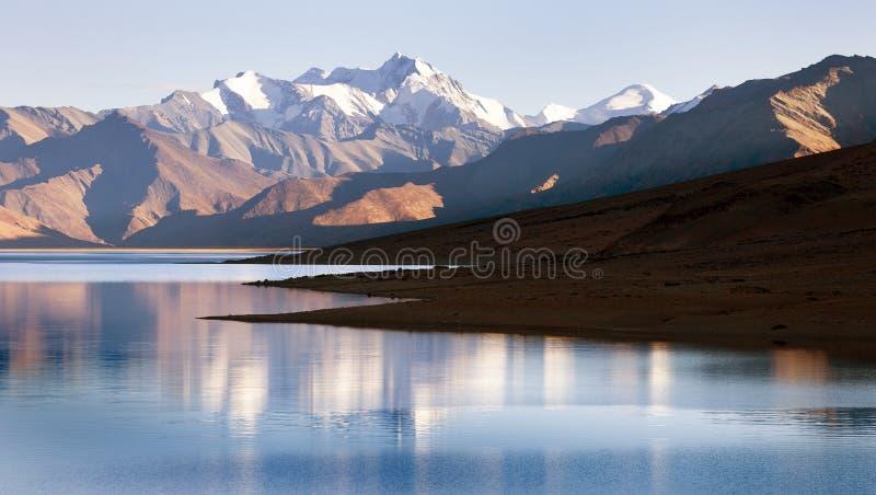 Vista del lago tso Moriri con la gran gama Himalayan fotos de archivo