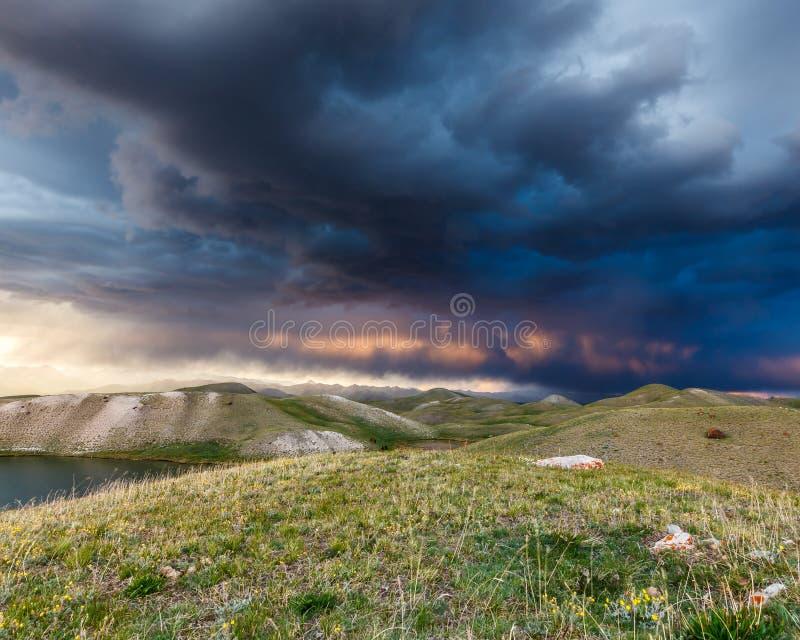 Vista del lago Tulpar Kul en Kirguistán durante la tormenta fotos de archivo libres de regalías