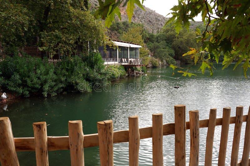 Vista del lago Votomenos, un lago artificial hermoso en Creta foto de archivo libre de regalías