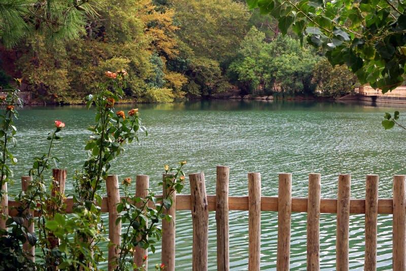 Vista del lago Votomenos, un lago artificial hermoso en Creta fotos de archivo libres de regalías