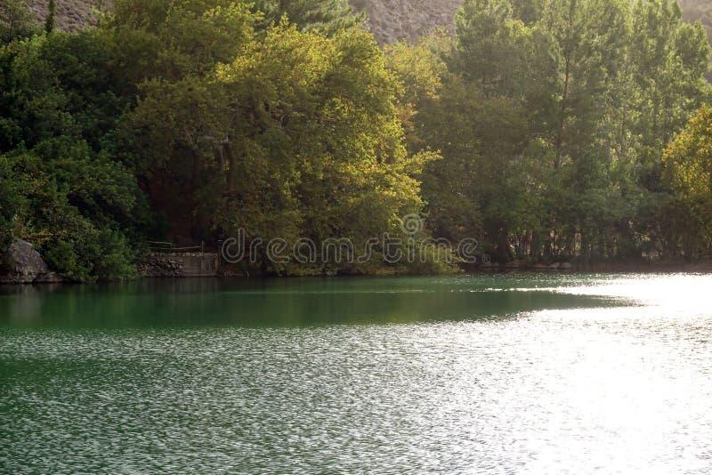 Vista del lago Votomenos, un lago artificial hermoso en Creta fotos de archivo