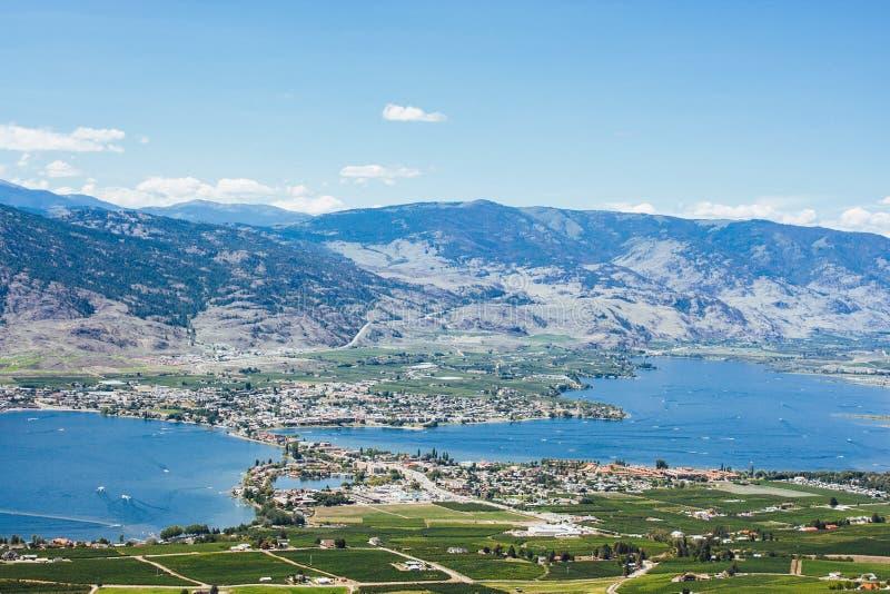 Vista del lago y de la ciudad Osoyoos desde arriba fotografía de archivo