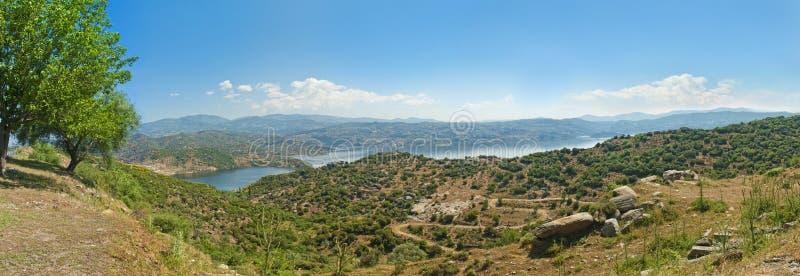 Vista del lago y del valle de la montaña por mañana fotografía de archivo