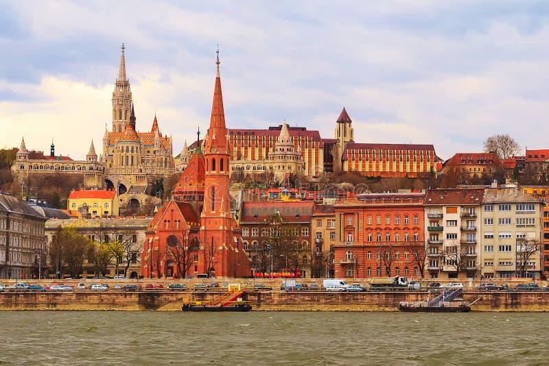 Vista del lato di Buda a Budapest con la chiesa della st Matthias immagine stock libera da diritti