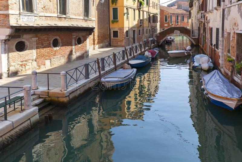 Vista del lato stretto del canale, barche attraccate, Venezia, Italia immagine stock libera da diritti