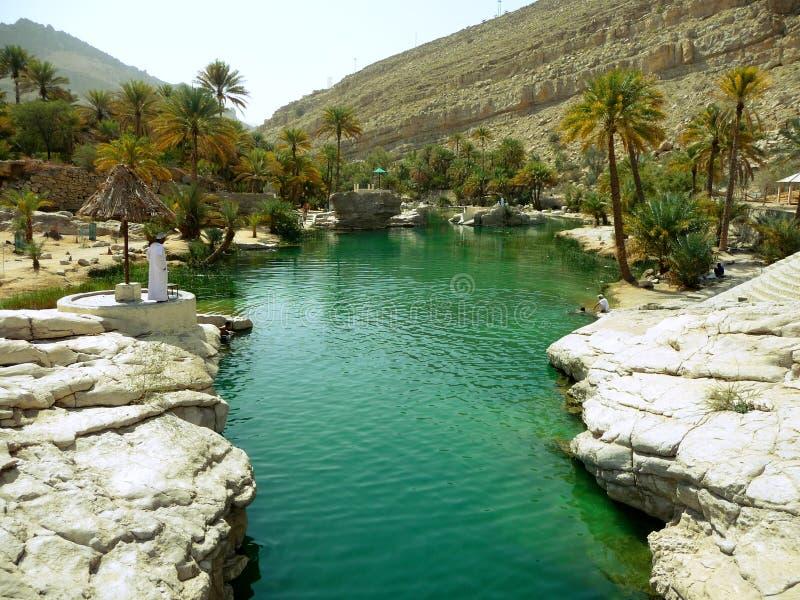 Vista del lecho de un río seco Bani Khalid, Omán fotografía de archivo
