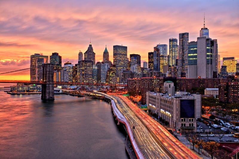 Vista del Lower Manhattan con el puente de Brooklyn en la puesta del sol, New York City imagen de archivo