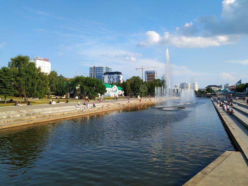 Vista del lungomare Fiume con fontane Sulle banche i gradini della strada dell'asfalto La gente cammina, ci sono edifici e fotografie stock libere da diritti
