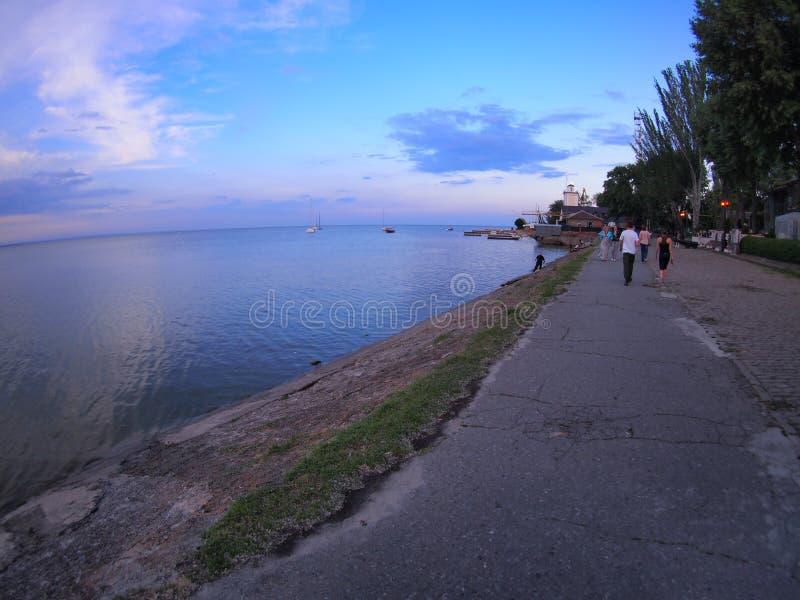 Vista del lungomare urbano del mare di Azov dopo il tramonto fotografie stock libere da diritti