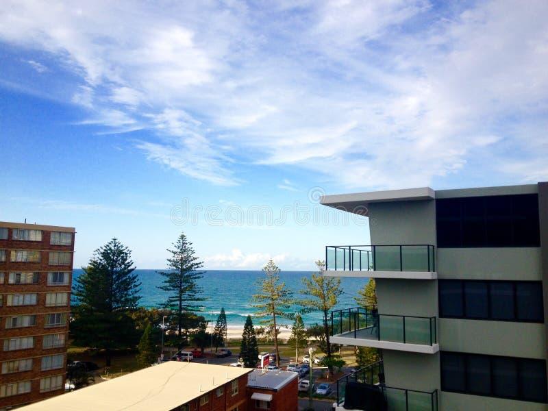 Vista del lungonmare della spiaggia dell'oceano da un balcone dell'hotel di località di soggiorno di cinque stelle fotografia stock