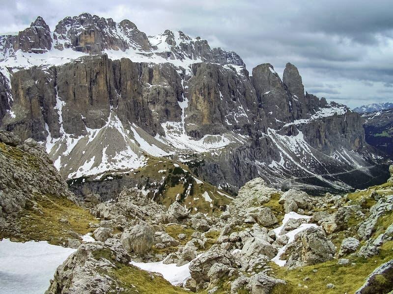 Vista del macizo de Sella cerca del paso en las dolomías, Italia de Gardena fotos de archivo