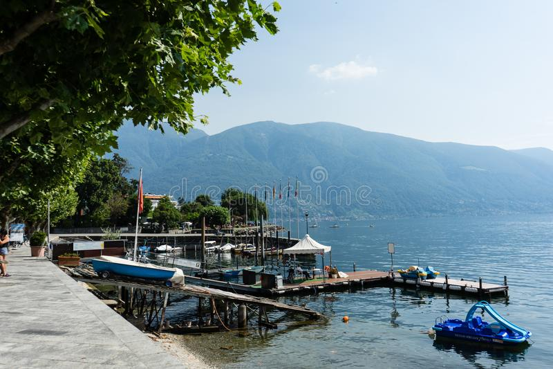 Vista del maggiore del lago en el ascona Suiza con las montañas fotos de archivo libres de regalías