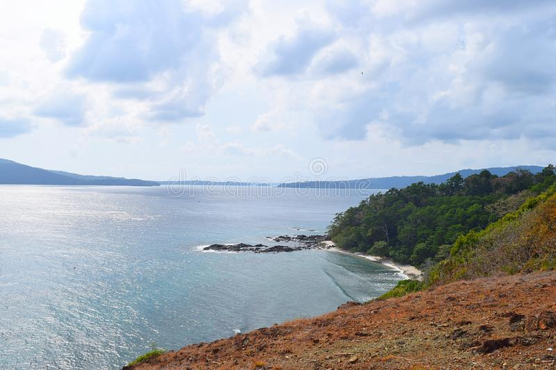 Vista del mar, de las islas distantes, y del cielo nublado del top de la colina - Chidiya Tapu, Port Blair, islas de Andaman Nico imagen de archivo libre de regalías