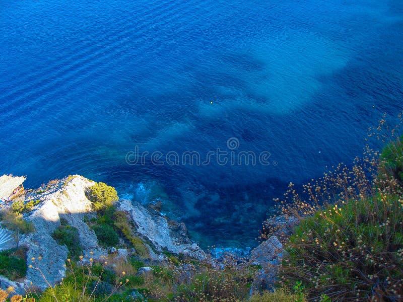 Vista del mar jónico desde arriba de la colina fotografía de archivo libre de regalías