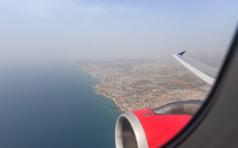 Vista del mar Mediterr?neo y de la costa de la ciudad de Tel Aviv de la ventana de un aeroplano que vuela, Tel Aviv en Israel fotos de archivo libres de regalías