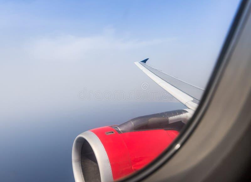Vista del mar Mediterraneo, dell'ala degli aerei e del motore degli aerei dalla lampadina dell'aeroplano di volo immagine stock