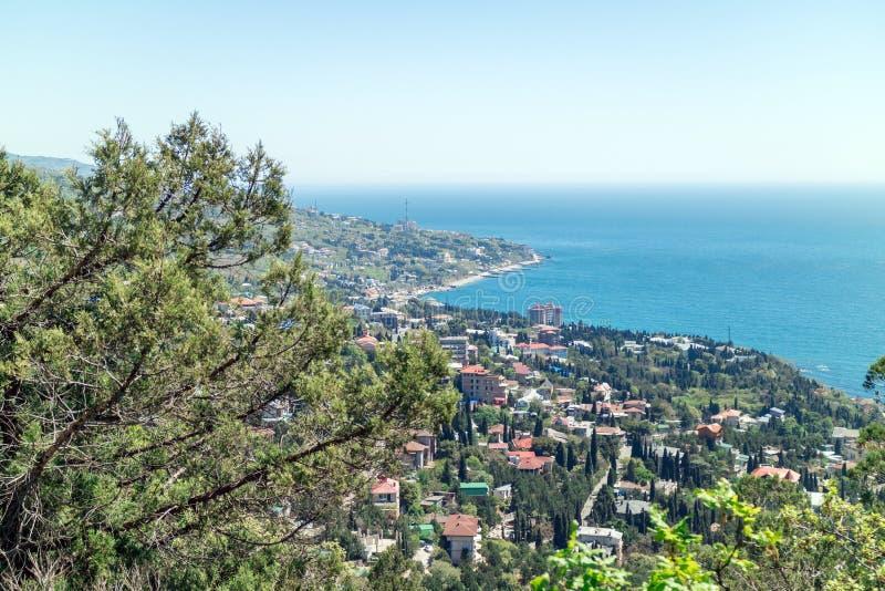 Vista del Mar Negro y del centro turístico del montaña-gato imágenes de archivo libres de regalías