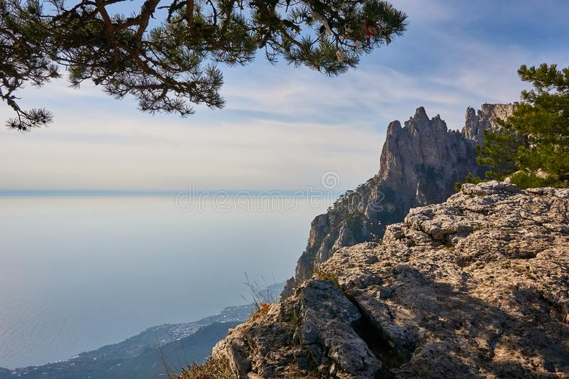 Vista del Mar Nero dalla montagna della Crimea Ai Pétri A sinistra è un frammento del pino A destra del massiccio della roccia pl fotografia stock