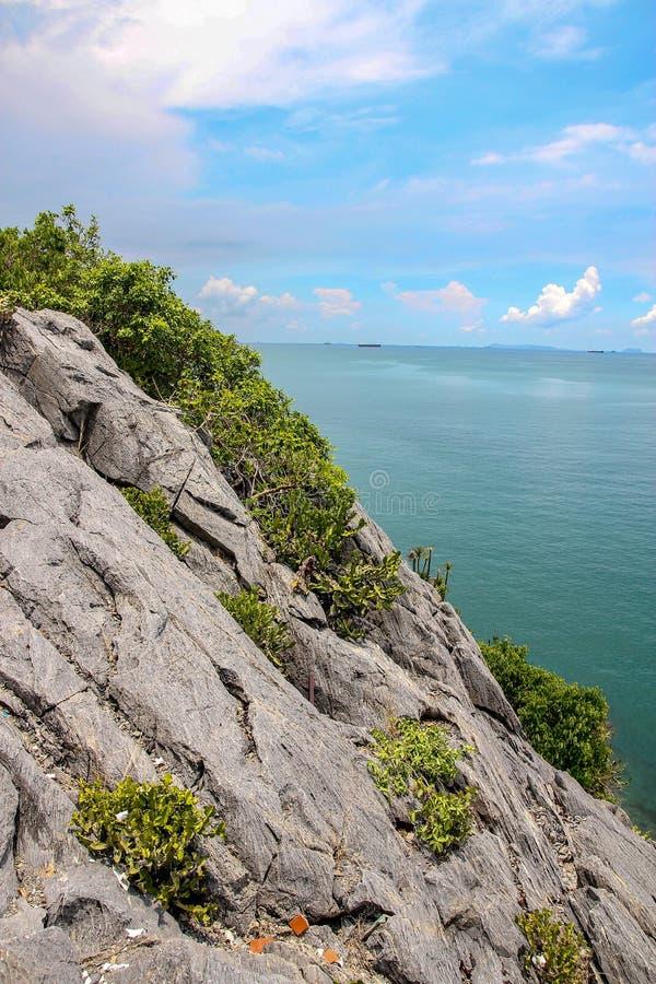 Vista del mar y de la montaña en Koh Sichang en Tailandia imagen de archivo