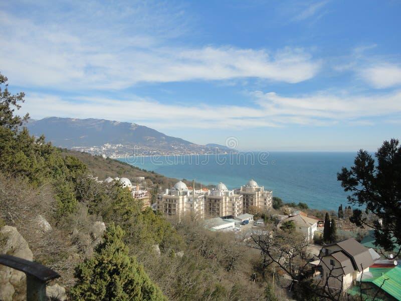 Vista del mar y de las montañas imagen de archivo