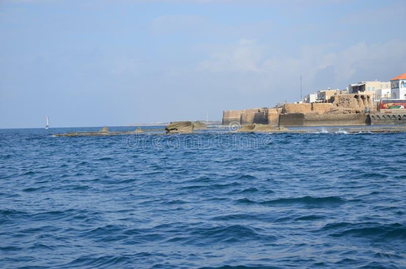 Vista del mare alla città antica di Israele - acro fotografie stock