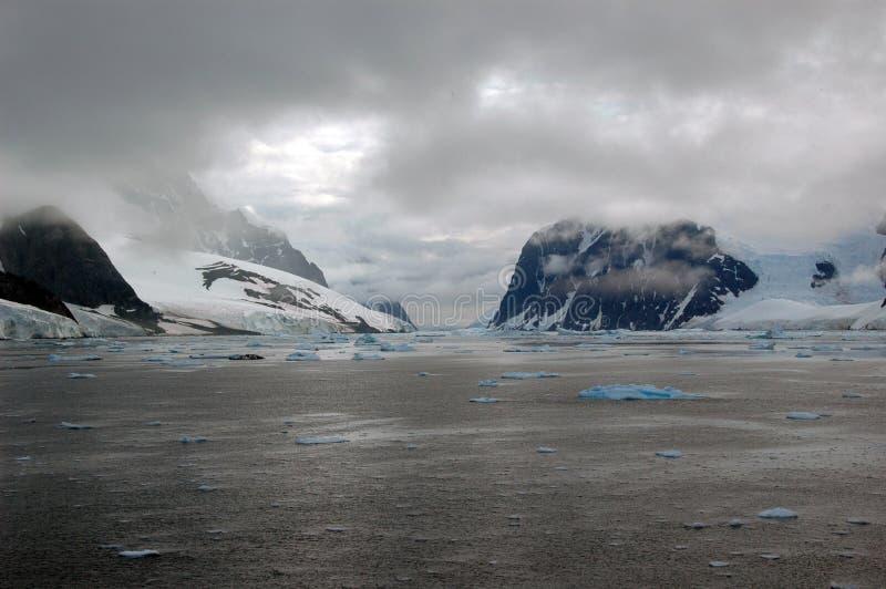 Vista del mare congelata l'Antartide   immagini stock